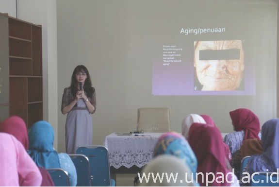 Dr. Reiva Farah Dwiyana Arief., M.Kes., saat mengisi seminar tentang perawatan kulit yang diselenggarakan Dharma Wanita Persatuan Unpad di Kampus Unpad Jln. Dipati Ukur Bandung (Foto oleh: Dadan T.)