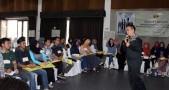 Salah satu entrepreneur dari komunitas entepreneur Tangan Di Atas (TDA) sedang memberikan sharing kewirausahawan kepada peserta Program Mahasiswa Wirausaha (PMW) Unpad di Lembang, Sabtu (13/06). (Foto oleh: Arief Maulana)*