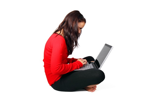 wanita duduk, laptop